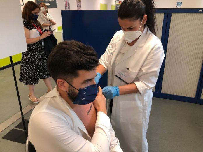 Trabajadores malagueños de cadena de hipermercados reciben la vacuna